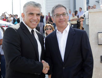 israeli finance minister yair lapid with stratasys 3D printing director ilan-levin