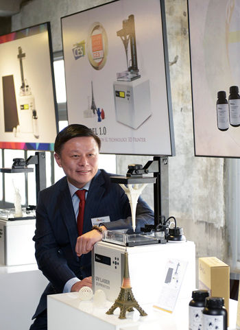 smaller Simon Shen. the CEO of XYZprinting