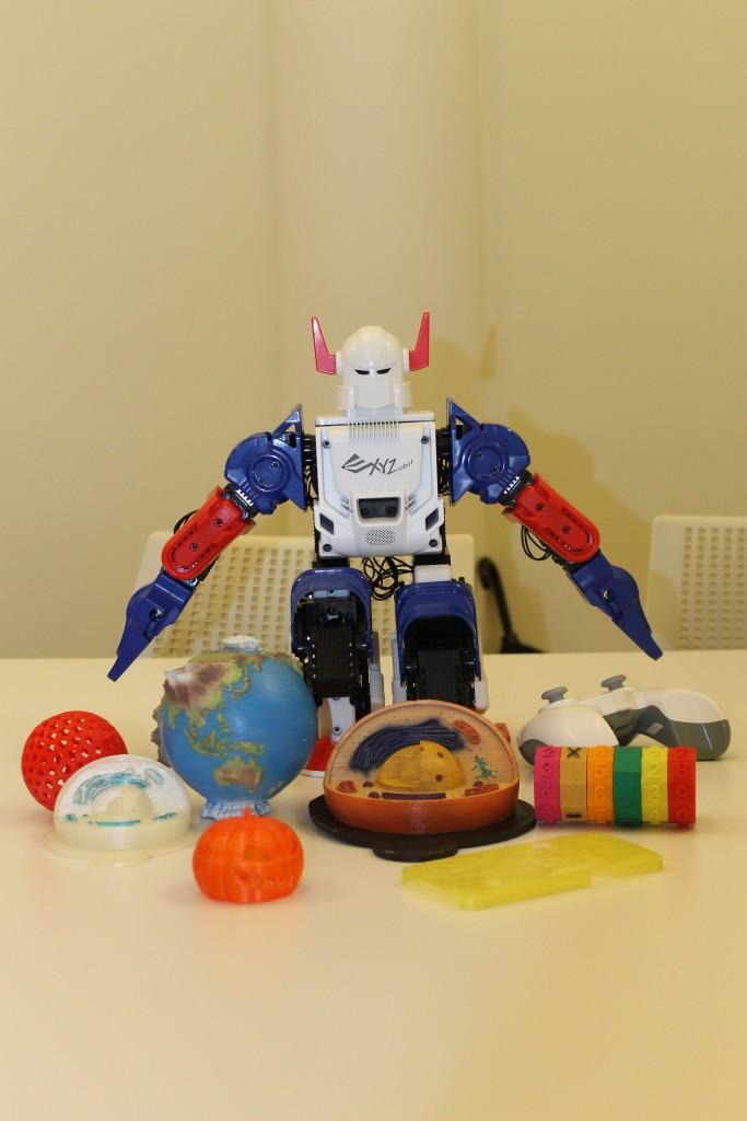 xyzprinting robot and 3D prints