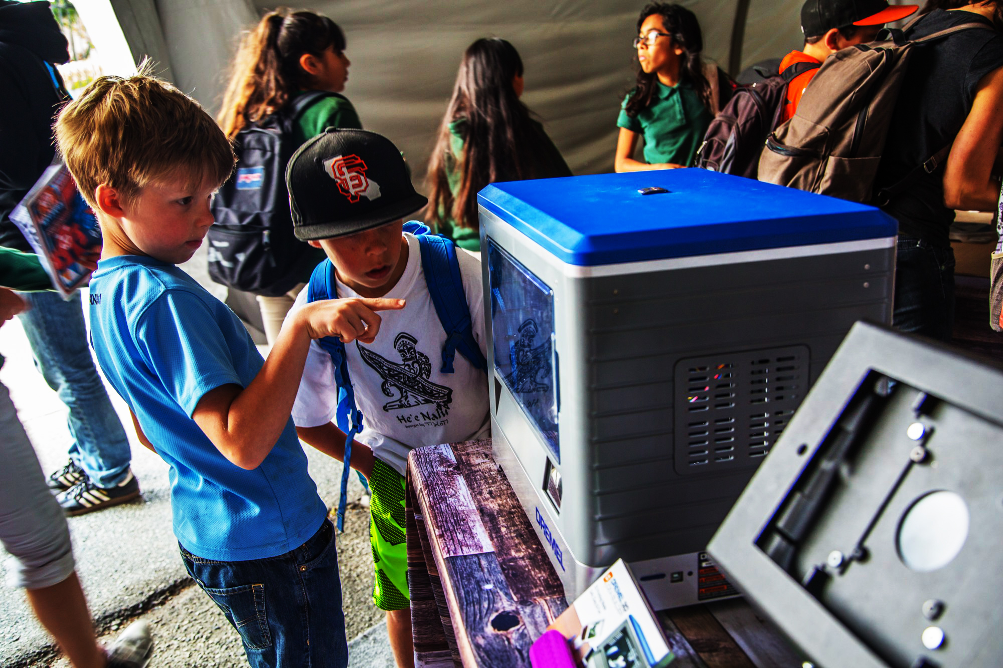 children_watch_3dprinting_at_dremel_booth_on_dremel-3dprinter