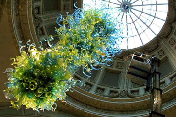 The Dale Chihuly glass Rotunda Chandelier in the V&A Museum, London. Photo via: vam.ac.uk