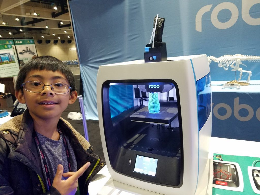 Calramon with a ROBO3D printer at the Robo Universe conference 2016. Photo via: Calramon Mabalot on Twitter