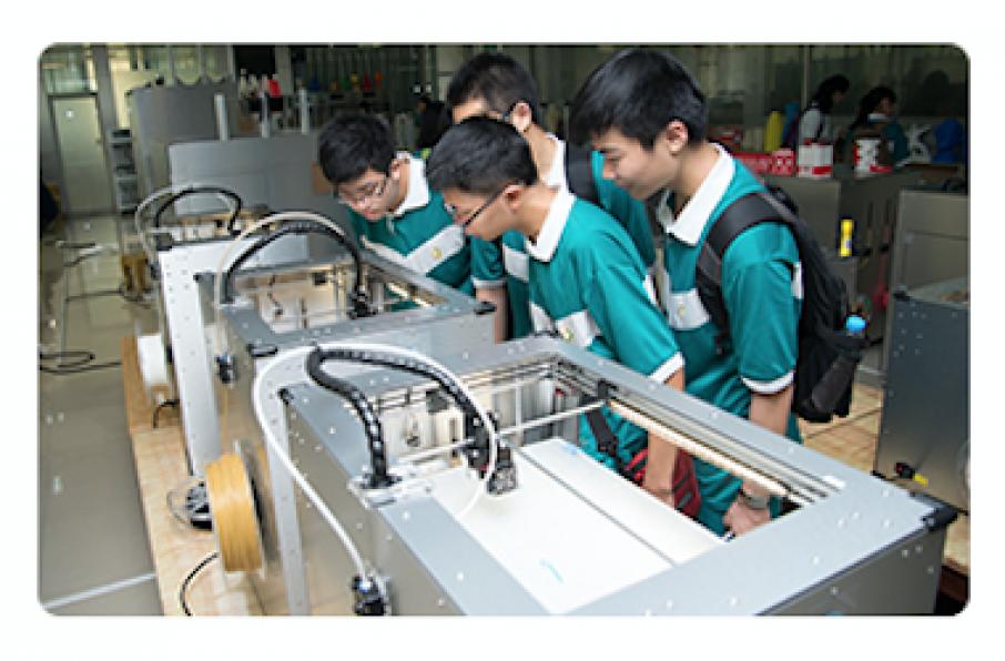 Students examining Winbo's 3D printers