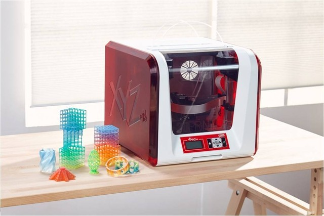 The da Vinci Junior 2.0 Mix and 3D printed multicolored objects. Production of this printer was launched in part by a campaign on Japanese crowdfunding website Makuake. Photo via: XYZPrinting on Makuake