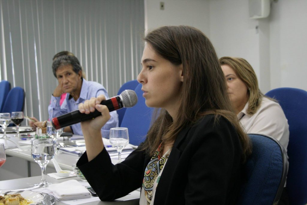InovaHouse3D's CEO, Juliana Martinelli, speaking at a conference at the Brazilian Civil Construction Chamber