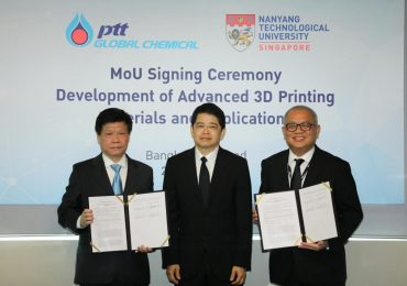 NTU Singapore and PTT Global Chemical (PTTGC) signing the MOU. Professor Lam Khin Yong, NTU Chief of Staff and Vice President, Mr Prasert Bunsumpun, PTTGC Chairman and Mr Supattanapong Punmeechaow, PTTGC President & CEO. Photo via PTTGC.