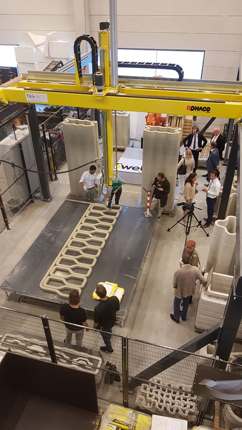 The TU Eindhoven concrete 3D printer printing the bridge. Photo via De Ingenieur.