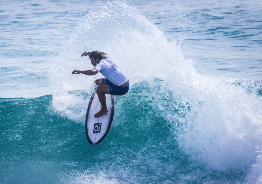 A surfer tries out custom 3D printed fins. Image viaUniversity of Wollongong on YouTube.