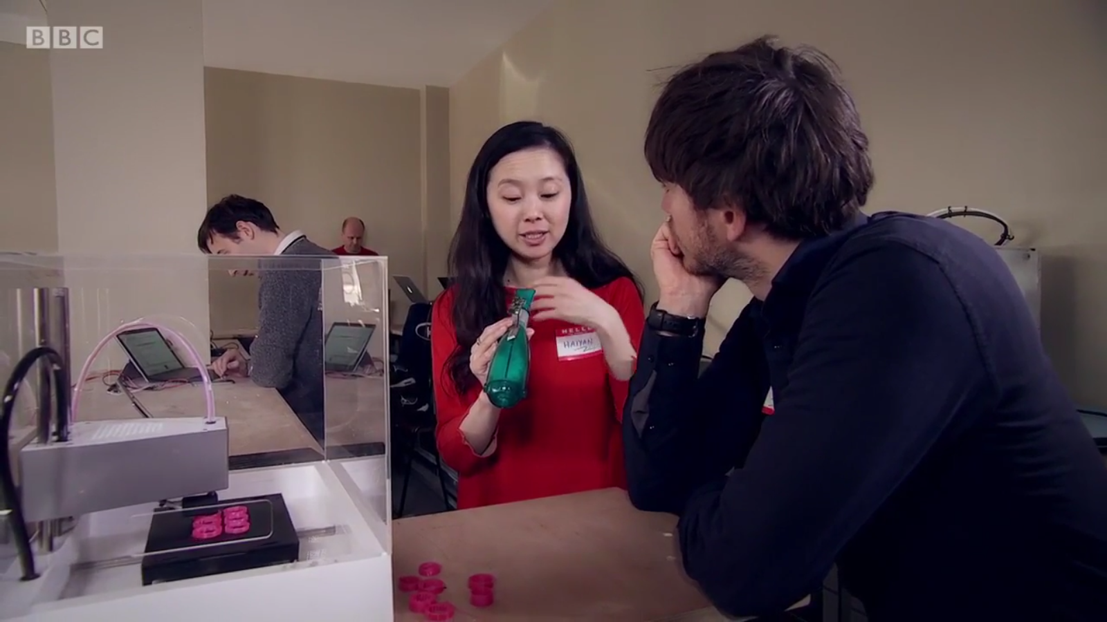 Haiyan Zhang explaining the device to Simon Reeve on 'Big Life Fix'. Image via BBC.