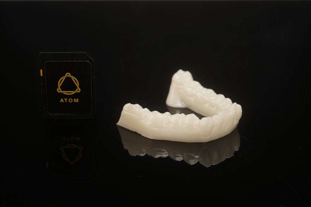 Layer One gets its teeth into SLA. Dental test print from the Atom 3 FDM/SLA. Image via Layer One