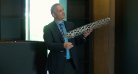 Ulf Noster demonstrates a large prototype of the geometric stent. Photo via InTV.