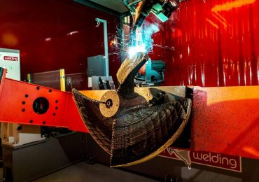 A robotic arm printing the propeller. Image via Damen Shipyards Group.