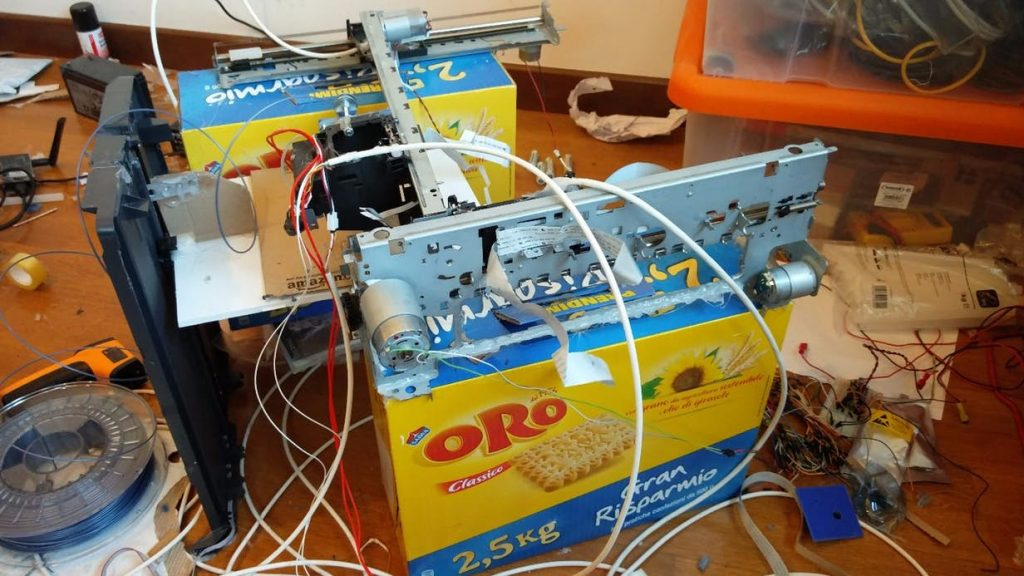 Sometimes, innovation is unstoppable. Michele Lizzit's makeshift 3D printer, ingeniously supported by two cereal boxes. Photo via Michele Lizzit