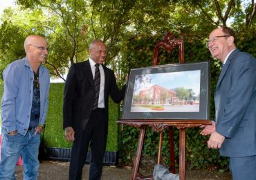 Iovine (L) Young (C) and Nikias (R) beside a rendering of the new facility. Photo via Gus Ruelas/USC.
