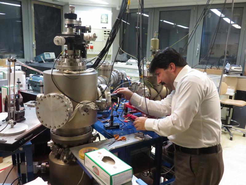 Aliasghar Ajami in his lab at at TU Wien.