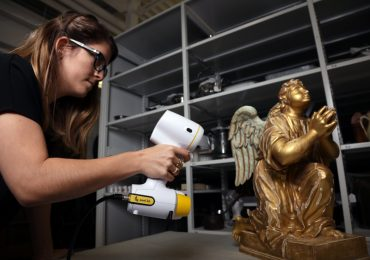 A technician scans a shiny statue with a Peel 3D scanner. Photo via Peel 3D.