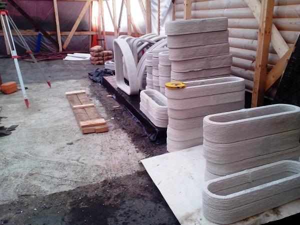 Prefabrication of the elements of the house via 3D printing. Photo via SPETSAVIA.