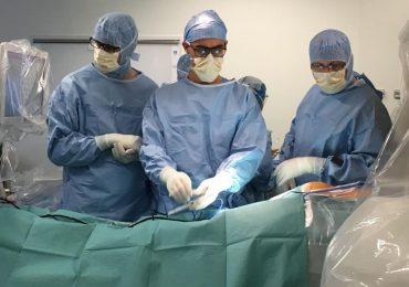 The surgeons operating on a model Photo via .Actu.Orange.fr.