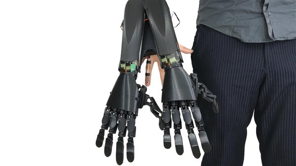 The Double Hand can be carried around even when switched off. Photo via Youbionic.