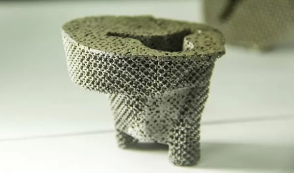 The 3D printed tantalum knee implant used in replacement surgery for a man in China. Photo via CQNEWS.NET
