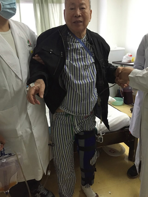 The 85 year old patient Zhang Jingui after the operation. Photo via CQNEWS.NET