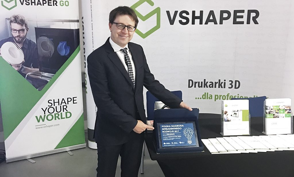 CEO Tomasz Szymański receives VERASHAPE's innovation award. Photo via VERASHAPE.