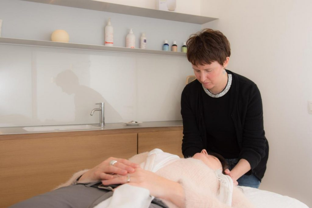 Laurence, a blind massage therapist in Liège, Belgium. Photo via TVA/La Nouvelle Gazette.