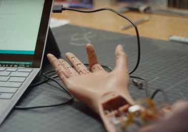 An Unlimited Tomorrow prosthetic arm with individually moving fingers. Photo via Unlimited Tomorrow.