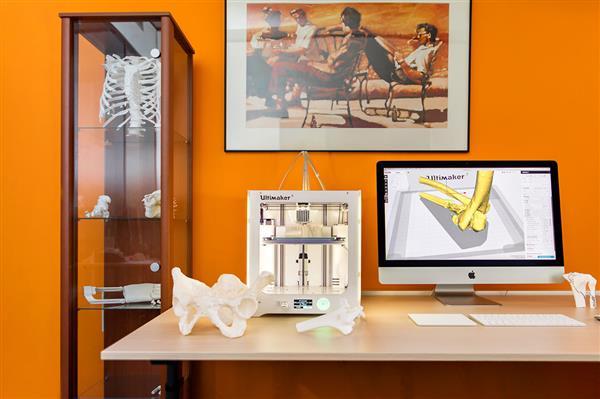 Elisabeth-TweeSteden Ziekenhuis trauma center uses the Ultimaker 3 3D Printer to print 3D models of patients' bones. Photo via Elisabeth-TweeSteden Ziekenhuis..