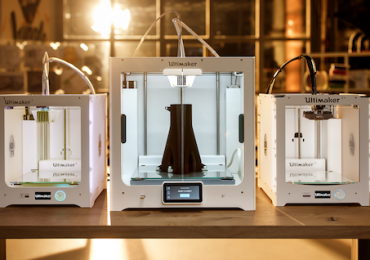 The Ultimaker S5 (middle), between the Ultimaker 3 (left) and Ultimaker 2+ (right). Photo via Ultimaker.