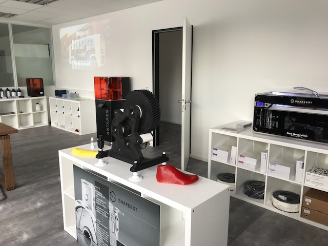 Sharebot DE showroom equip with professional 3D printers. Photo via Sharebot.