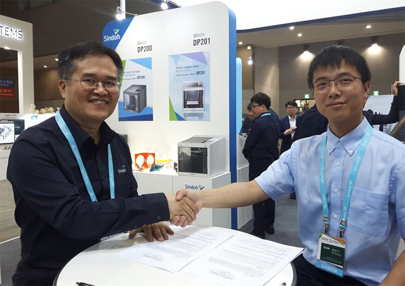 Mr. Thomas, CEO of 3D Business Division at Sindoh (Left) & Mr. Simon Yin, Manager, 3D Business Division of eSUN (Right) after signing the Global Strategic Cooperation agreement. Photo via Gizmo China.