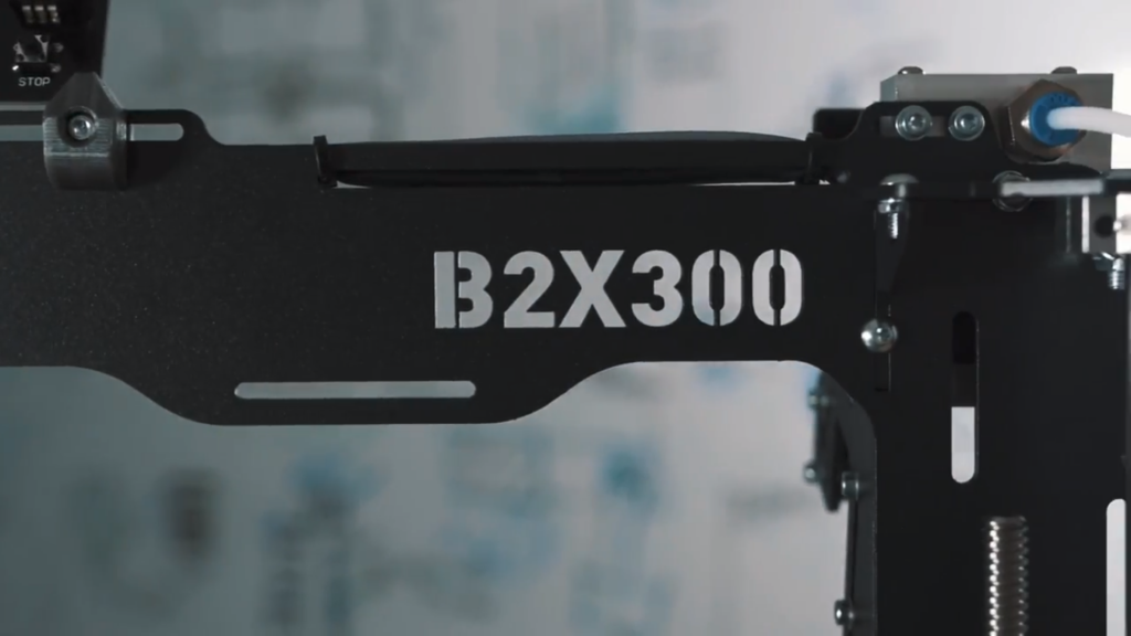 The frame of an assembled BX200 3D printer. Screengrab via BEEVERYCREATIVE