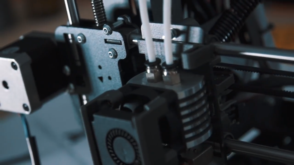 Dual extrusion on the B2X300. Screengrab via BEEVERYCREATIVE