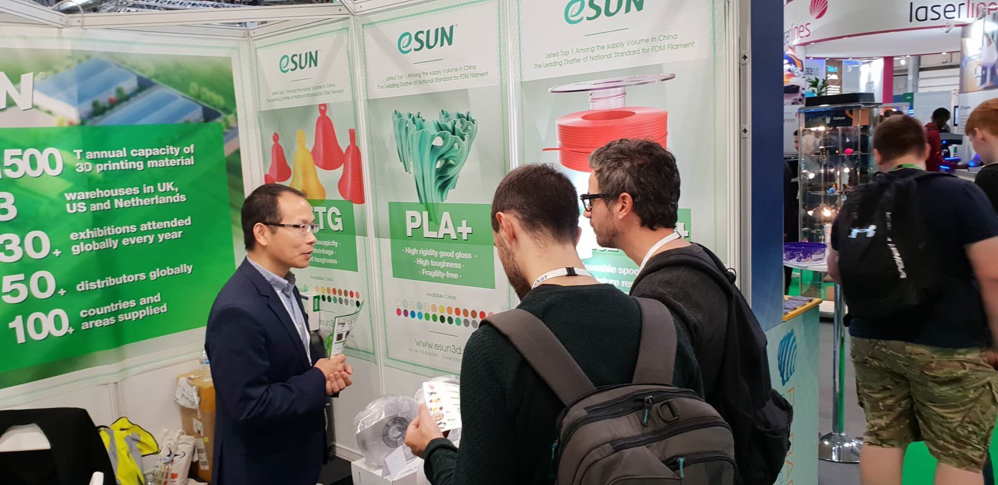 Kevin Yang talking to visitors at eSUN stand at TCT 2018 in the UK. Photo by eSUN.