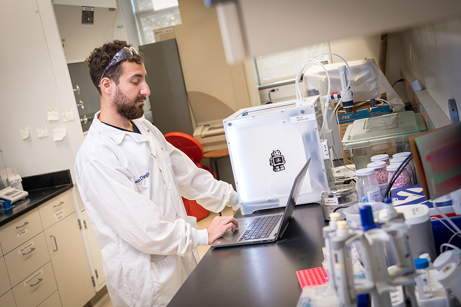 Amir Dailamy, a bioengineering graduate student in Mali's lab, designs a scaffold to 3D print. Photo via David Baillot/UC San Diego Jacobs School of Engineering.