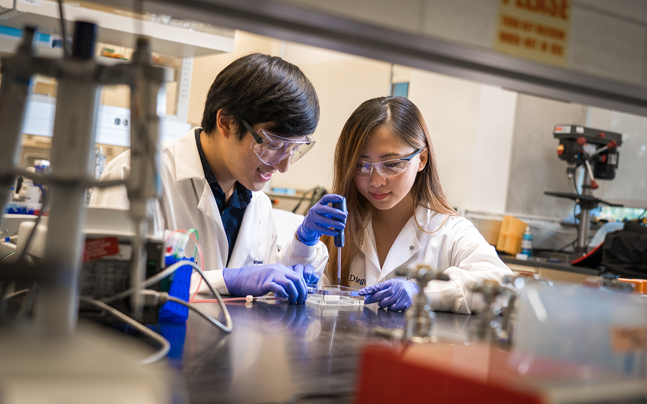 (L-R): Bioengineering graduate student Michael Hu and undergraduate student Xin Yi (Linda) Lei construct a vascularized gut model using their team's new 3D bioprinting technique. Photo via David Baillot/UC San Diego Jacobs School of Engineering.