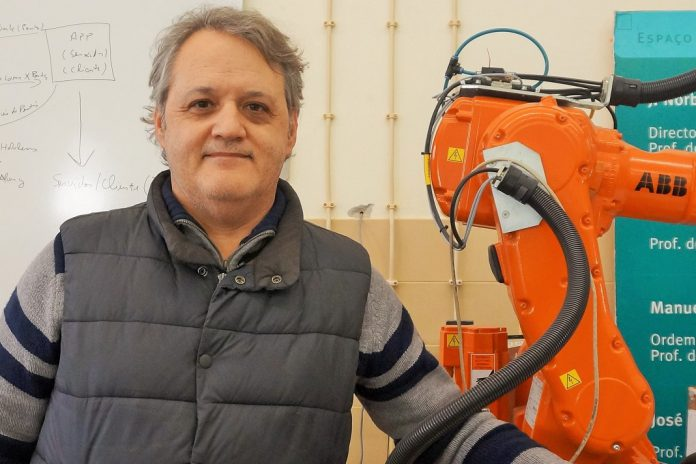 Professor Pires, with the 6-axis 3D printer. Photo via TVeuropa.