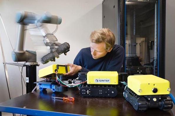 An engineer developing robots at SINTEF. Photo via SINTEF.