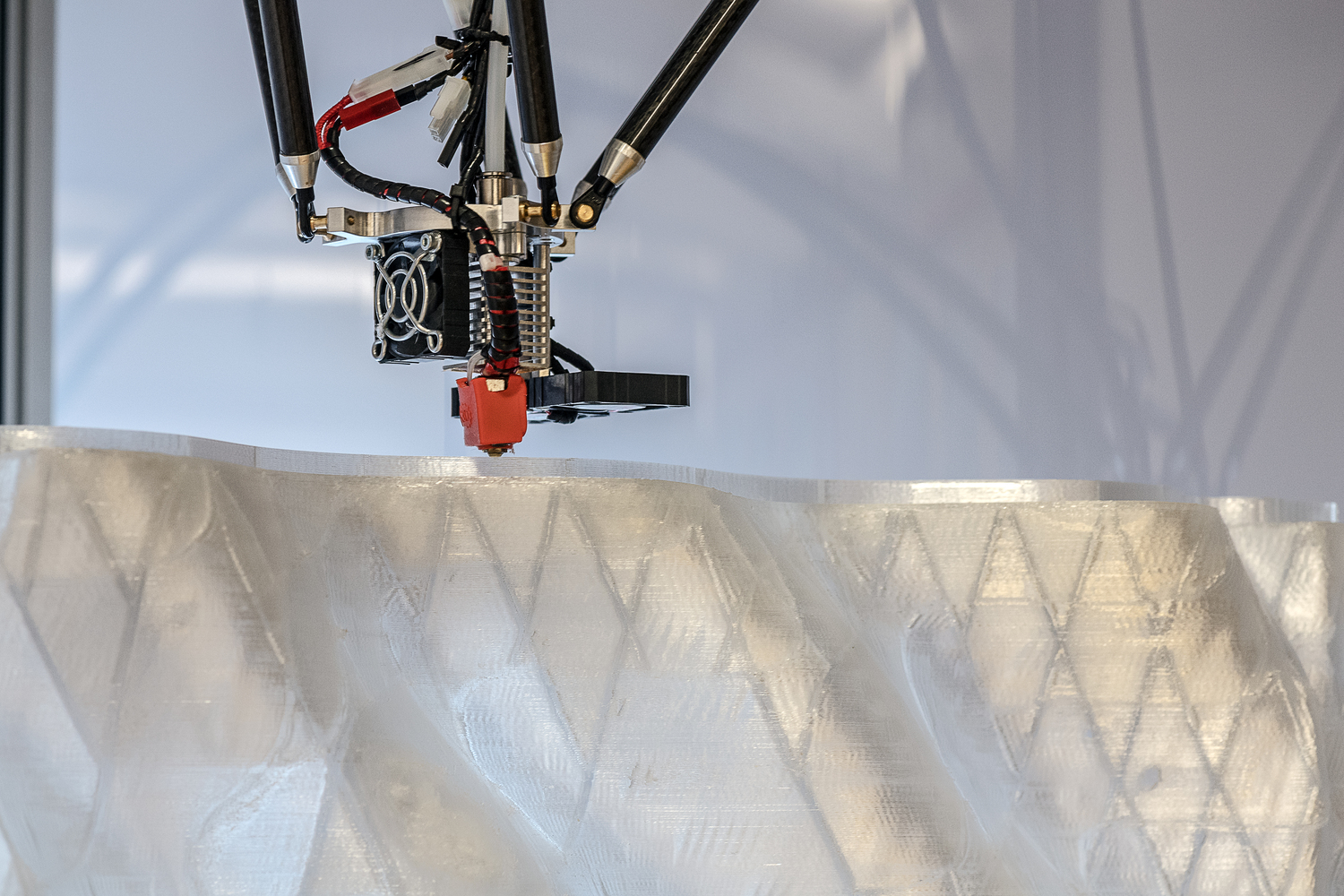 3D Printing a translucent building facades with integrated functions. Photo via Andreas Heddergott/TUM.