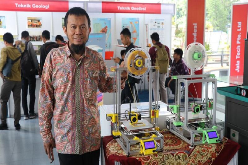 Dr. Eng. Herianto Herianto with 3D printers. Image via Gadjah Mada University.