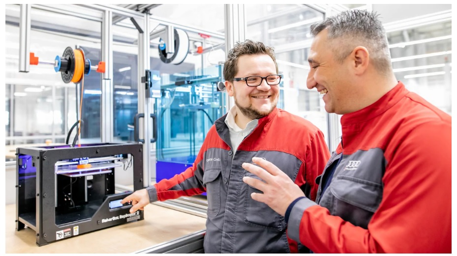 Waldemar Hirsch (left) and Cem Gülaylar (right) in the 3D printing center in the Böllinger Höfe. Photo via Audi/Sina Feirer.Waldemar Hirsch (left) and Cem Gülaylar (right) in the 3D printing center in the Böllinger Höfe. Photo via Audi/Sina Feirer.
