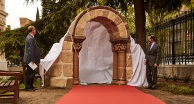 Andrés Carretero, director of the National Archaeological Museum, and Juan Ignacio Entrecanales, Executive Vice Chairman of ACCIONA, unveil the 3D printed replica of the San Pedro de las Dueñas Arch. Photo via ACCIONA