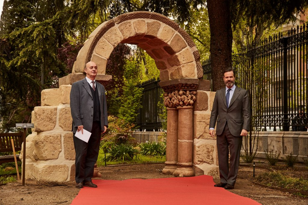 Andrés Carretero, director of the National Archaeological Museum, and Juan Ignacio Entrecanales, Executive Vice Chairman of ACCIONA, present the 3D printed replica of the San Pedro de las Dueñas Arch. Photo via ACCIONA