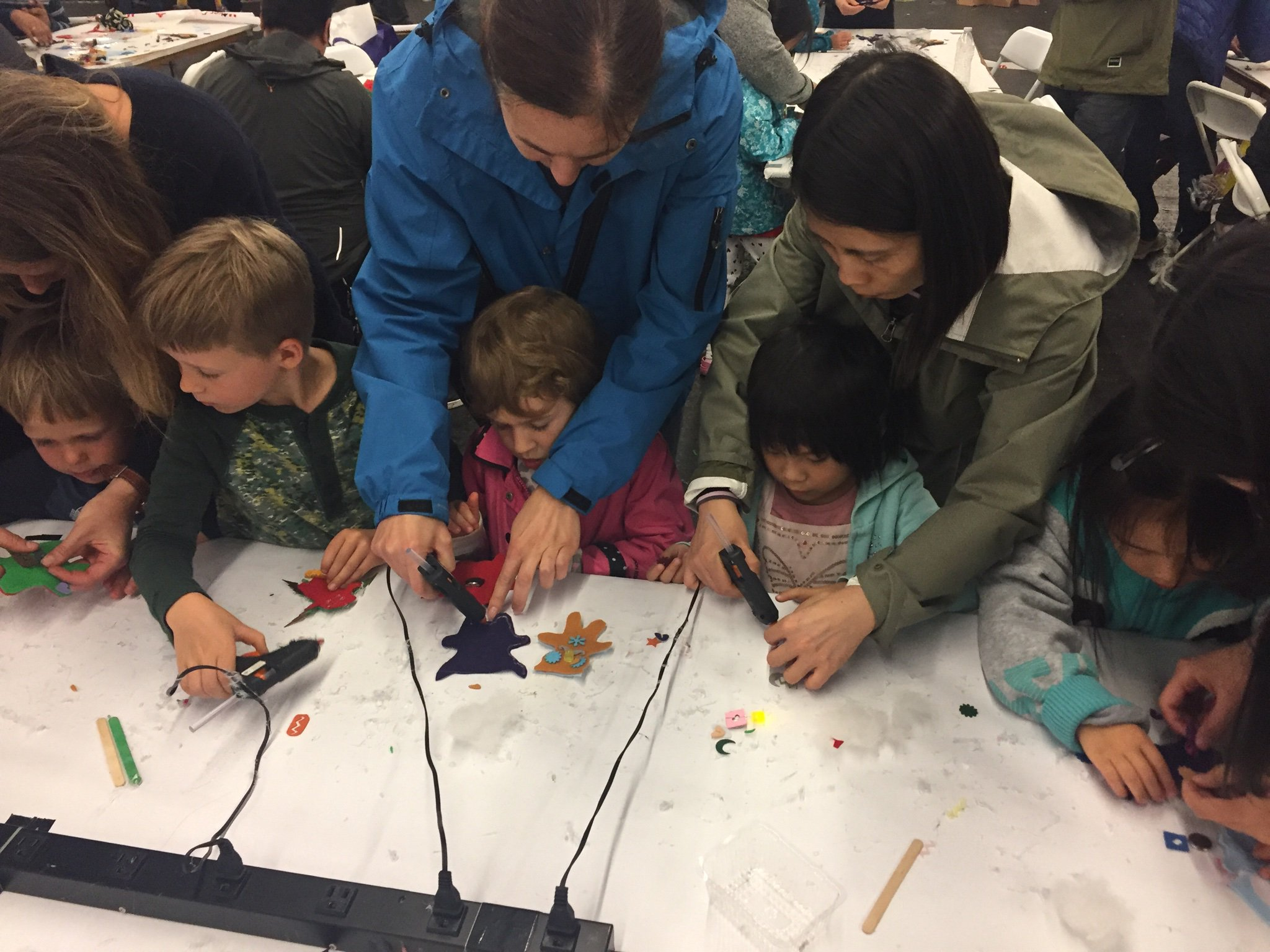 Young children using 3D pens at the show. Image via Maker Faire/Twitter.