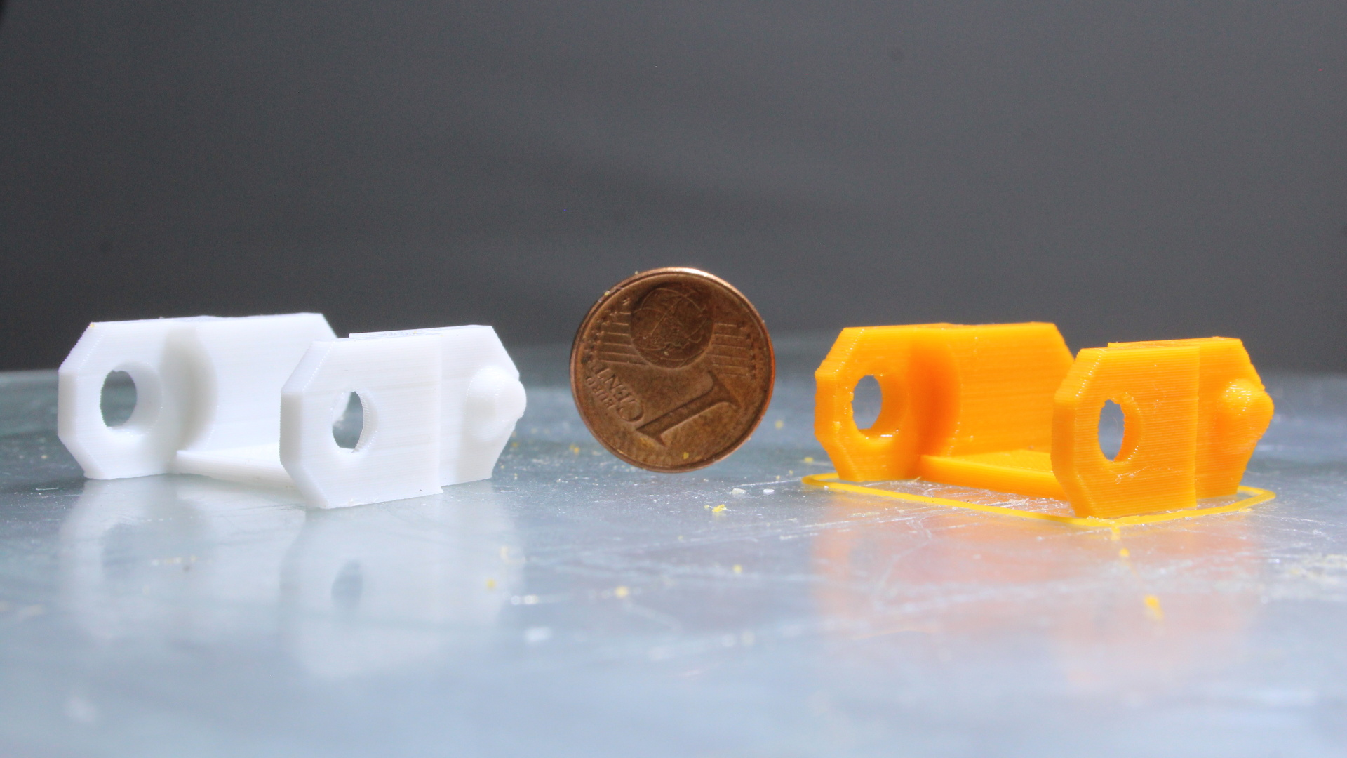 A 3D printed part with the granule extruder (Right). The comparison part on the left is printed with Ender 3. Image via homofaciens.