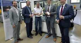 Partners of the FAB-Weld project, from left: Christian Wiesner (FIT Additive Manufacturing Group), Tobias Beiss und Juergen Lochner (bielomatik), Prof. Dr.-Ing. Dietmar Drummer (FAU/LKT), Bavarian Minister of Science Bernd Sibler, Prof. Dr. Arndt Bode and Joachim Hornegger (Bavarian Research Foundation). Photo via FAU/Harald Sippel)