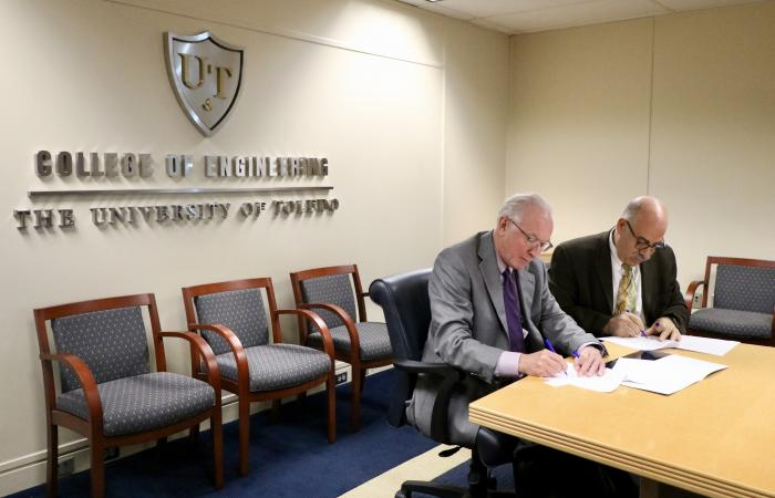 Signing of the MoU between ORNL and The University of Toledo. Photo via University of Toledo