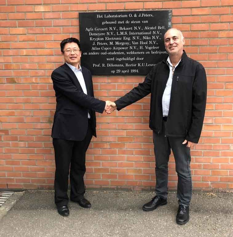 Professor Shoufeng Yang, KU Leuven, shakes hands with Avi Cohen, VP of Healthcare and Education at XJet. Photo via XJet.