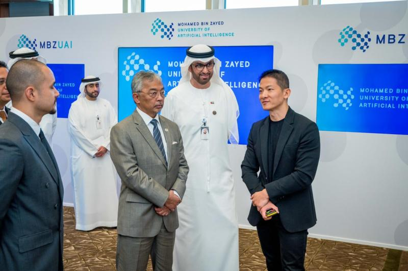 Peng Xiao, CEO of Group 42, briefs His Majesty the King of Malaysia UAE Minister of State and ADNOC Group CEO, H.E. Dr. Sultan Al Jaber, on how artificial intelligence is helping to redesign industries across the country. Photo via Group 42